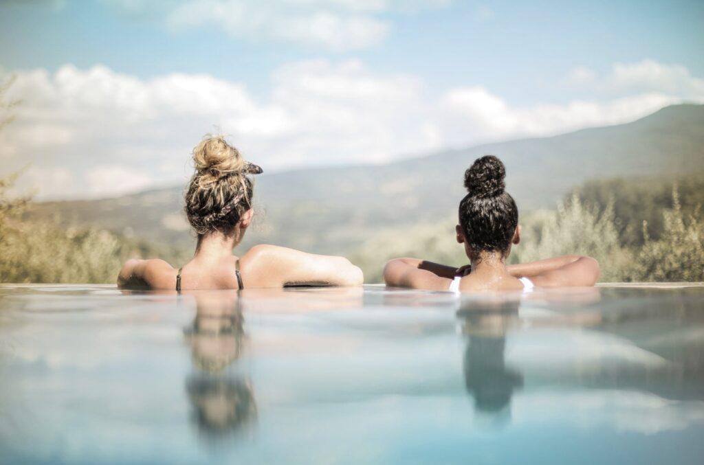 Du bør ikke bade med bind – brug hellere en tampon, når du skal svømme med menstruation.